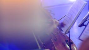 El músico toca el violoncelo en un concierto almacen de metraje de vídeo