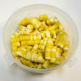El maíz hervido cortado, alista para come y cocina Foto de archivo libre de regalías