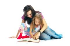 El mA y la hija leyeron el libro Foto de archivo libre de regalías
