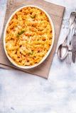 El mac y el queso, pastas cocieron con la salsa de queso foto de archivo