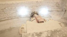 El machacamiento de la máquina trabaja en el depósito de la piedra caliza metrajes