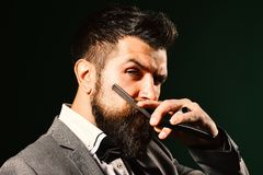 El machista en traje formal afeita la barba Publicidad de la barbería foto de archivo