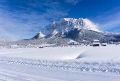 El macizo de Zugspitze del valle de Ehrwald en día de invierno soleado foto de archivo