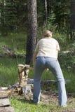 El madera-tajar de la mujer joven Foto de archivo libre de regalías