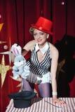 El mago de la mujer del artista del circo muestra truco mágico Foto de archivo libre de regalías
