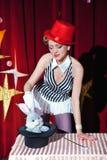 El mago de la mujer del artista del circo muestra truco mágico Imagen de archivo libre de regalías