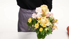 El mago floral recolecta un ramo para la venta al cliente blanco Cierre para arriba almacen de metraje de vídeo