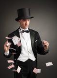 El mago hace juegos malabares tarjetas fotografía de archivo
