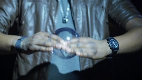 el mago 4K juega con la bola mágica almacen de metraje de vídeo