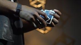 el mago 4k pasa el finger a través de las tarjetas almacen de metraje de vídeo