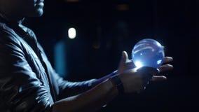 el mago 4K rueda una bola en su palma no usando todo menos pulm almacen de video