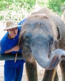 El Mahout y su elefante en el elefante de Samphran molieron y parque zoológico el 24 de mayo de 2014 en Nakhon Pathom Foto de archivo