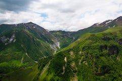 El majestuoso y la hermosa vista de montañas caucásicas en tiempo de verano Gudauri, Georgia Imagen de archivo