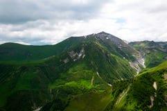 El majestuoso y la hermosa vista de montañas caucásicas en tiempo de verano Gudauri, Georgia Fotos de archivo