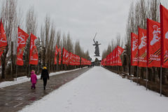 El Mamaev complejo conmemorativo Kurgan adornado con las banderas en honor Foto de archivo libre de regalías