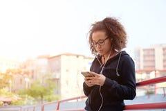 El mandar un SMS adolescente joven en su teléfono móvil Foto de archivo libre de regalías
