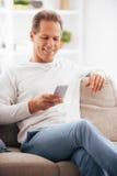 El mandar un SMS al amigo Imagenes de archivo