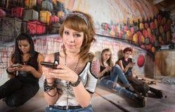 El mandar un SMS bonito de la muchacha Fotografía de archivo