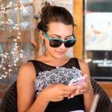 El mandar un SMS bonito de la muchacha Imágenes de archivo libres de regalías