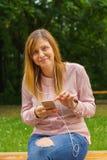 El mandar un SMS de la mujer joven Foto de archivo libre de regalías