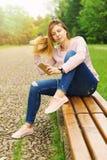 El mandar un SMS de la mujer joven Imágenes de archivo libres de regalías
