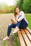 El mandar un SMS de la mujer joven Fotos de archivo