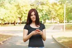 El mandar un SMS de la mujer joven Fotografía de archivo libre de regalías