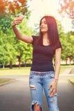 El mandar un SMS de la mujer joven Imagen de archivo libre de regalías