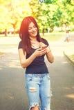 El mandar un SMS de la mujer joven Imagen de archivo