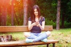 El mandar un SMS de la mujer joven Imagenes de archivo