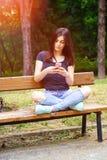 El mandar un SMS de la mujer joven Fotos de archivo libres de regalías
