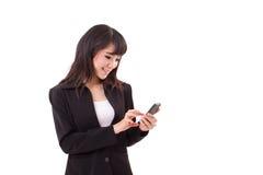 El mandar un SMS ejecutivo femenino asiático de la mujer de negocios, mensajería Imágenes de archivo libres de regalías