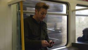El mandar un SMS en el tren almacen de metraje de vídeo