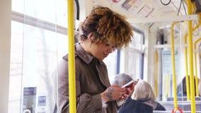 El mandar un SMS en el tren almacen de video