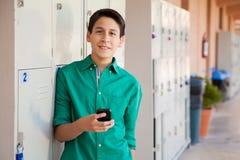 El mandar un SMS en High School secundaria Imagen de archivo libre de regalías