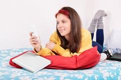 El mandar un SMS hermoso de la chica joven Fotografía de archivo libre de regalías