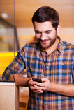 El mandar un SMS hermoso del hombre Imágenes de archivo libres de regalías