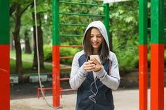El mandar un SMS joven de la mujer de la aptitud Fotos de archivo libres de regalías