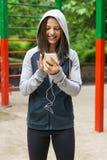 El mandar un SMS joven de la mujer de la aptitud Imagen de archivo
