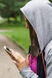 El mandar un SMS joven de la mujer de la aptitud Fotografía de archivo