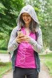 El mandar un SMS joven de la mujer de la aptitud Imágenes de archivo libres de regalías