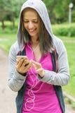 El mandar un SMS joven de la mujer de la aptitud Foto de archivo