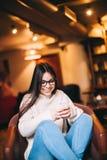 El mandar un SMS joven sonriente atractivo del adolescente Fotografía de archivo libre de regalías