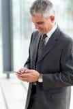 El mandar un SMS mayor del hombre de negocios Imagen de archivo libre de regalías