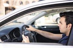 El mandar un SMS mientras que conduce Fotografía de archivo