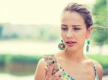 El mandar un SMS que habla de la mujer triste trastornada en el teléfono descontentado foto de archivo