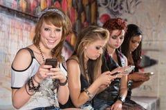 El mandar un SMS sonriente del adolescente Foto de archivo libre de regalías
