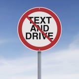 El mandar un SMS y conducción no permitido Imágenes de archivo libres de regalías