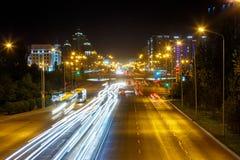 El Mangilik大道 晚上雨雪业务量 阿斯塔纳卡扎克斯坦 库存照片