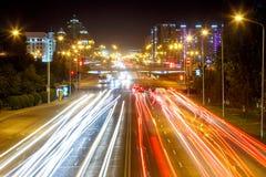 El Mangilik大道 晚上雨雪业务量 阿斯塔纳卡扎克斯坦 库存图片